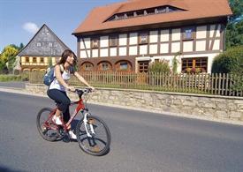 1_Radlerin-vor-Umgebindehaus.jpg